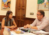 Rodríguez Osuna recibe a la nadadora paralímpica emeritense Isabel Yinghua